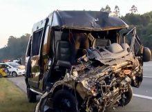 Van e carro envolvidos no acidente com os integrantes da banda Sampa Crew na rodovia dos Bandeirantes, em Caieiras (Grande São Paulo) neste domingo (18) - Reprodução/ GloboNews