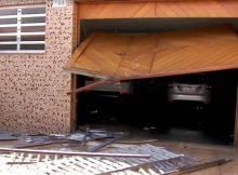 O carro do jogador derrubou um ponto de ônibus e invadiu a garagem de uma casa na Água Rasa (zona leste) - TV Globo/Reprodução