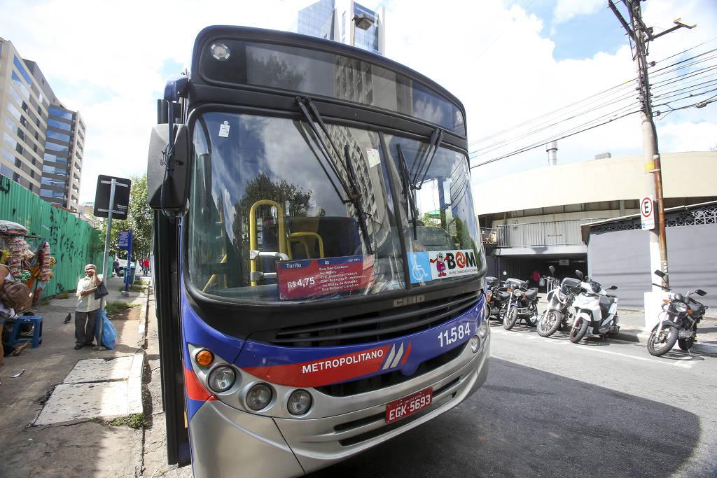 Ônibus da Linha C-090PR1 Pinheiros-Embu, em Pinheiros (zona oeste) - Rubens Cavallari - 10.jan.2017/Folhapress