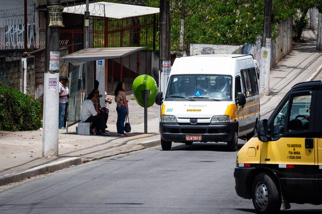 Vans escolares próximas à Escola Estadual Eurípedes Simões de Paula, no Grajaú (zona sul de SP) - Ronny Santos - 23.nov.18/Folhapress