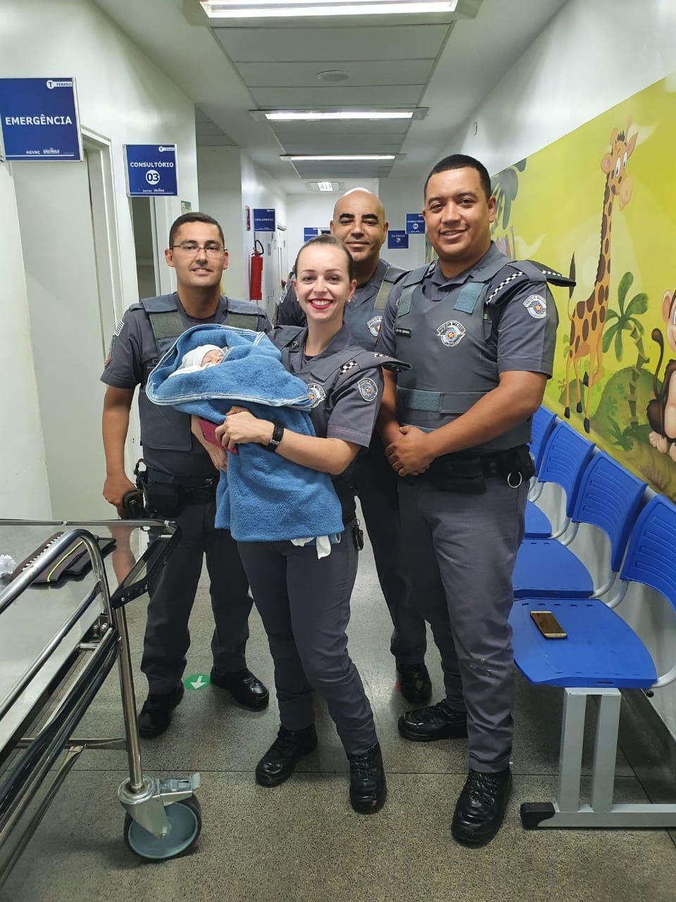 Policiais encontraram a menina parcialmente submersa em meio à sujeira do esgoto. Foto: Divulgação/PMSP
