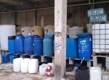 Recipientes com produtos sem registro apreendidos pela polícia em fábrica clandestina de álcool em gel, em Osasco (Grande SP), nesta sexta-feira (3). Foto: Divulgação/Polícia Civil