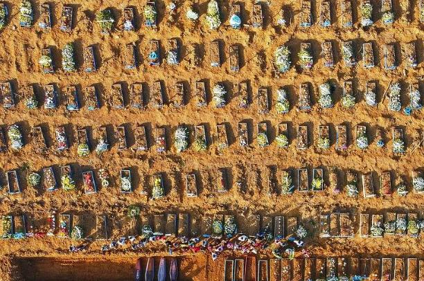 vista aérea do cemitério Parque Tarumã, em Manaus, que teve uma explosão no número de enterros após o colapso no sistema de saúde. Foto: Michael Dantas/AFP