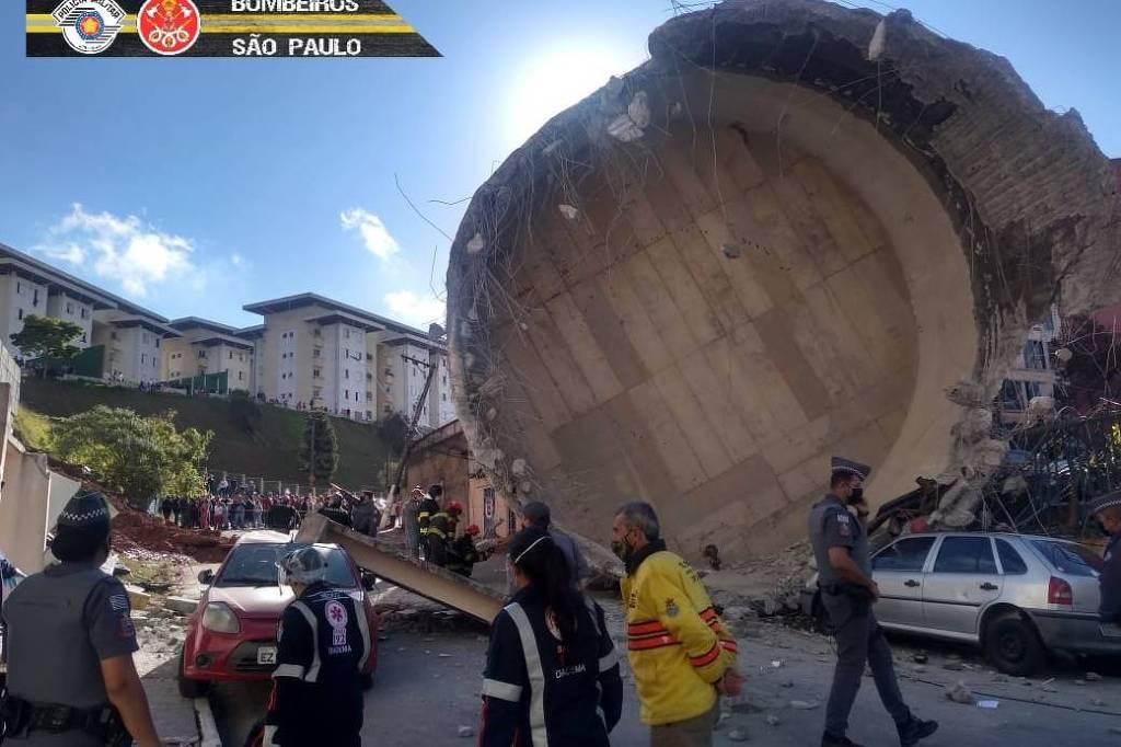 Caixa d'água de alvenaria cai e esmaga carro em Diadema, na Grande São Paulo. Ninguém ficou ferido - Corpo de Bombeiros de São Paulo/Divulgação