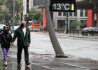 Casal caminha pela avenida Paulista, na região central de São Paulo, na tarde deste sábado (22), quando o termômetro marcava 13º C - Fábio Vieira / FotoRua / Agência O Globo