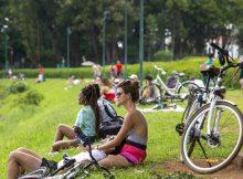 Paulistanos aproveitam domingo de sol no entorno do parque Ibirapuera,na Vila Mariana (zona sul de São Paulo), mesmo na fase vermelha do Plano São Paulo - Danilo Verpa/Folhapress
