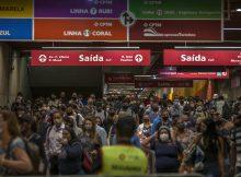 Movimentação de passageiros na estação da Luz, na região central de SP, na manhã desta segunda-feira (8) - Marlene Bargamo/Folhapress