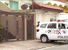 Policiais militares na frente da casa onde mãe e filho, de 9 anos, morreram esfaqueados por um jovem de 18 anos, na Água Rasa, na zona leste de São Paulo - Reprodução/TV Globo
