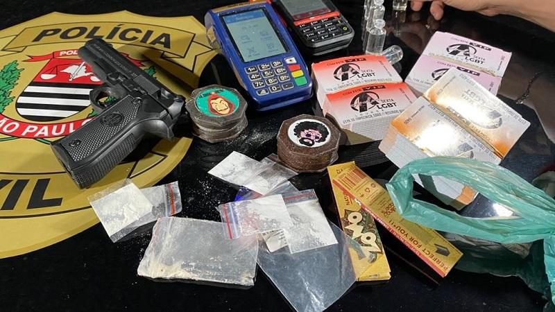 Polícia apreende máquinas de cartões, convites, um simulacro de arma de fogo e drogas em festa clandestina - Divulgação