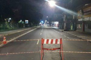 Rua Marechal Deodoro, no centro de São Bernardo do Campo (ABC paulista), interditada com cavaletes - Renato Fontes/Folhapress