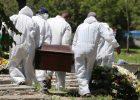 Sepultadores carregam caixão no cemitério da Vila Nova Cachoeirinha (zona norte de SP); primeiro bimestre teve mais de 200 sepultamentos por dia em SP - Rivaldo Gomes/Folhapress