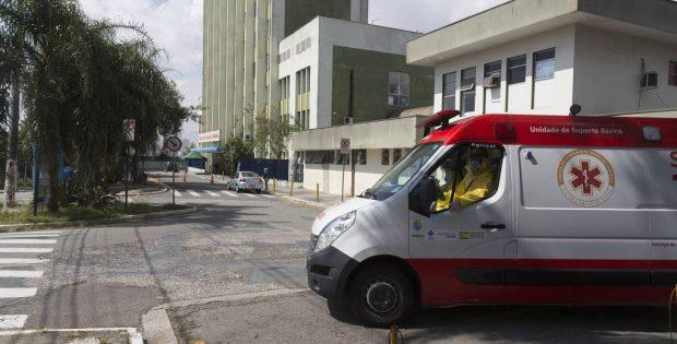 Movimento na entrada do Hospital Municipal de Diadema, na região do ABC - Rubens Cavallari - 23.abr.20/Folhapress