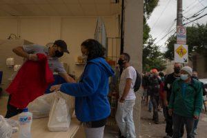 Voluntário da Instituição Beneficente Ten Yad distribui marmita na região da Luz, no centro de SP - Ronny Santos/ Folhapress