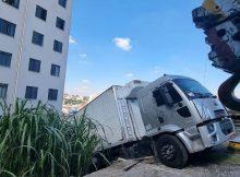 Caminhão roubado bateu no muro de condomínio e ficou suspenso próximo aos apartamentos na região de Pirituba, na zona norte de São Paulo; moradores tiveram de ser retirados de casa; motorista fugiu - Rivaldo Gomes/Folhapress